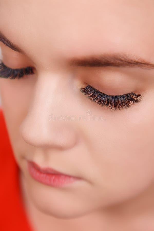 睫毛引伸做法 与长的睫毛的妇女眼睛 关闭,选择聚焦 库存图片