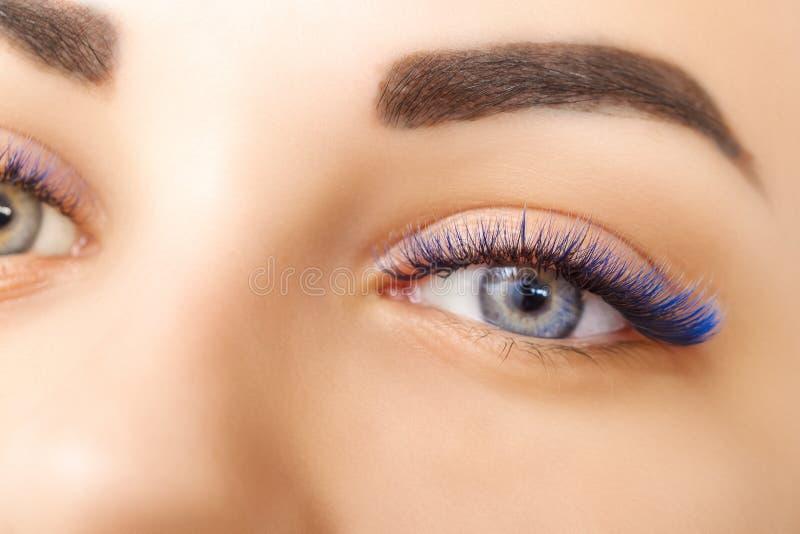 睫毛引伸做法 与长的蓝色睫毛的妇女眼睛 Ombre作用 关闭,选择聚焦 免版税库存图片