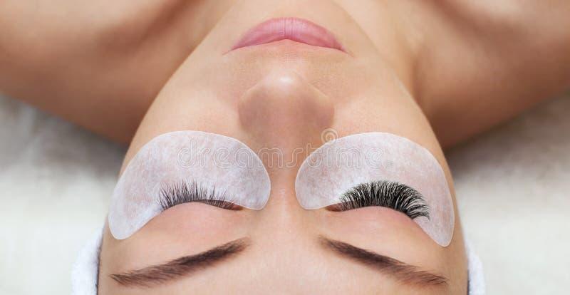 睫毛移动程序关闭  有长的鞭子的美丽的妇女在美容院 库存照片
