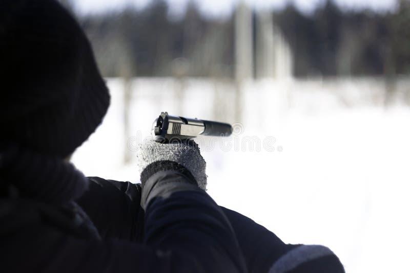 瞄准与手枪的人 库存照片