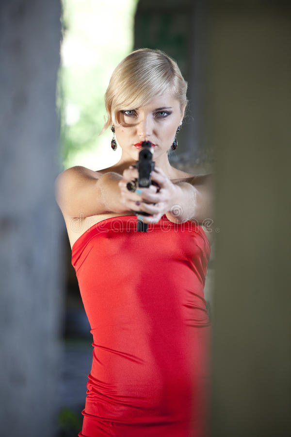 瞄准与枪的减速火箭的妇女 库存图片
