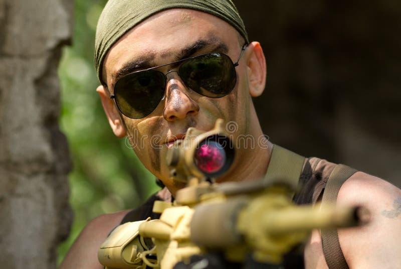 瞄准与枪的班丹纳花绸的战士 免版税库存照片