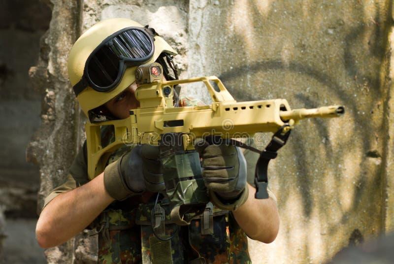 瞄准与步枪的战士 库存图片