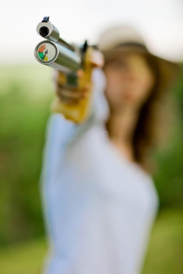 瞄准体育射击者、细节在补偿器和气动测微仪- 10米宣扬手枪 免版税库存图片