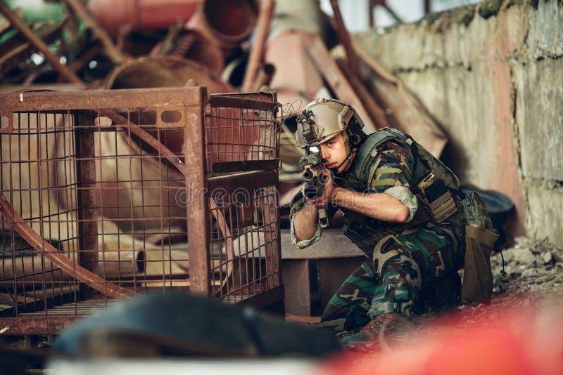 瞄准和射击的战士在目标 库存图片