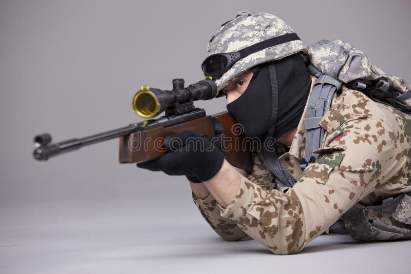 瞄准在演播室的狙击手 库存照片