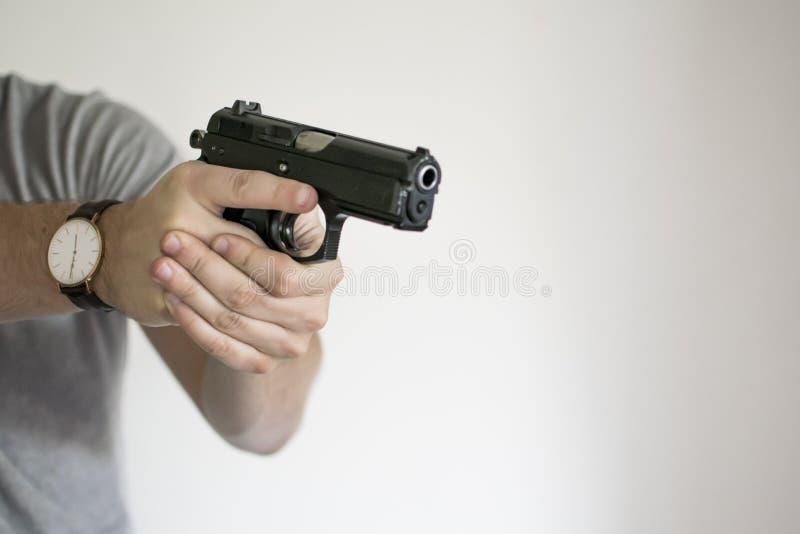 瞄准从手枪皮套的人手枪在自卫 免版税图库摄影