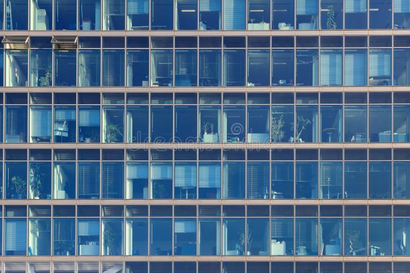 瞥见入一座办公楼的工作场所与蓝色glas的 库存图片