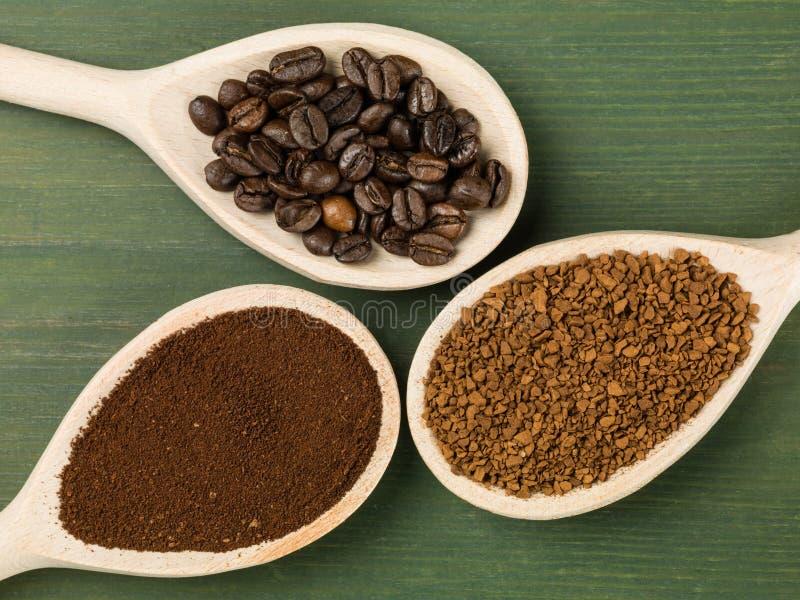 瞬时被颗粒化的一匙和烘烤咖啡豆 免版税库存照片