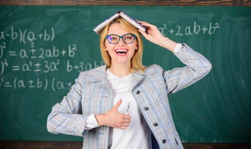 知识存贮概念 有书的妇女老师作为在头的屋顶 记住方法和活动 保留信息 免版税库存图片