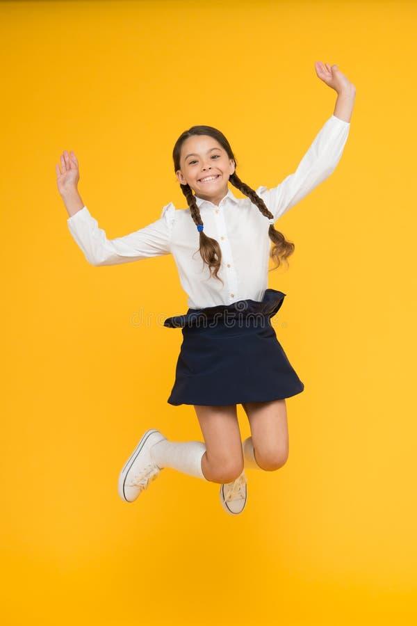 知识的未拘束的干渴 在途中的女孩对知识 o r 充分孩子快乐的女小学生  库存照片