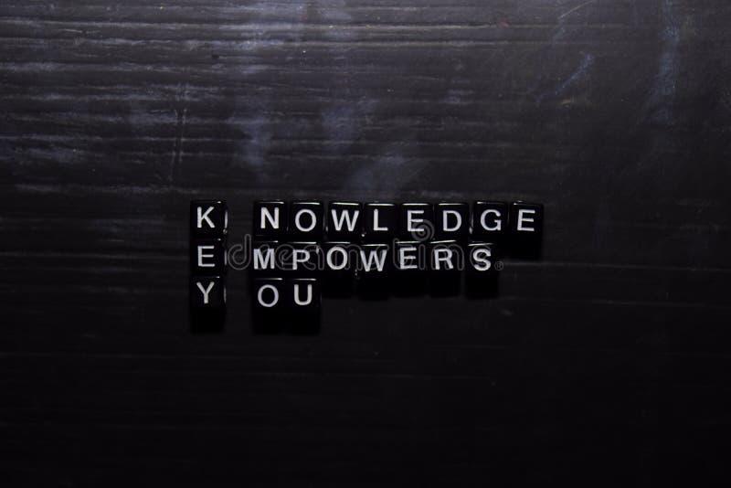 知识-授权-您在木块锁上 教育、刺激和启发概念 图库摄影