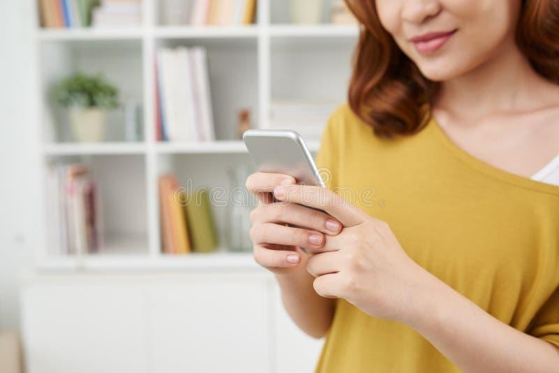 短信的女孩 免版税库存照片