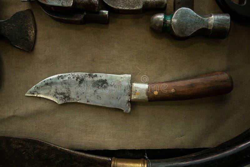短的刀子或匕首木把柄葡萄酒武器收藏 免版税库存图片