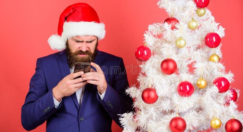 短的圣诞节愿望 经理在网上祝贺同事 读的圣诞节问候 人有胡子的行家佩带正式 库存照片