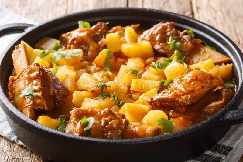 短的牛肋骨可口炖煮的食物用与小汤特写镜头的土豆在罐 ?? 免版税库存图片