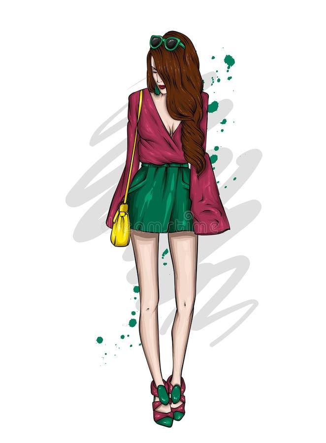 短的短裤的一个高苗条女孩和T恤杉 在时髦的衣裳的美好的模型 r 皇族释放例证