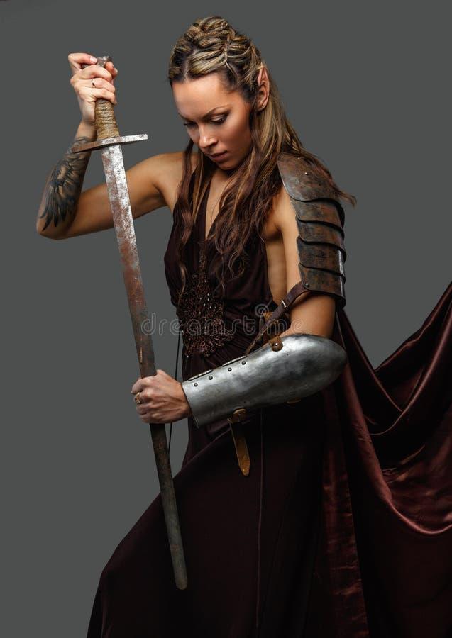 矮子有剑的妇女战士 库存照片