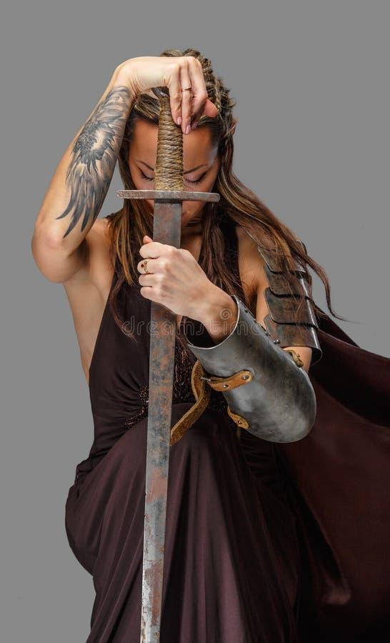 矮子有剑的妇女战士 库存图片