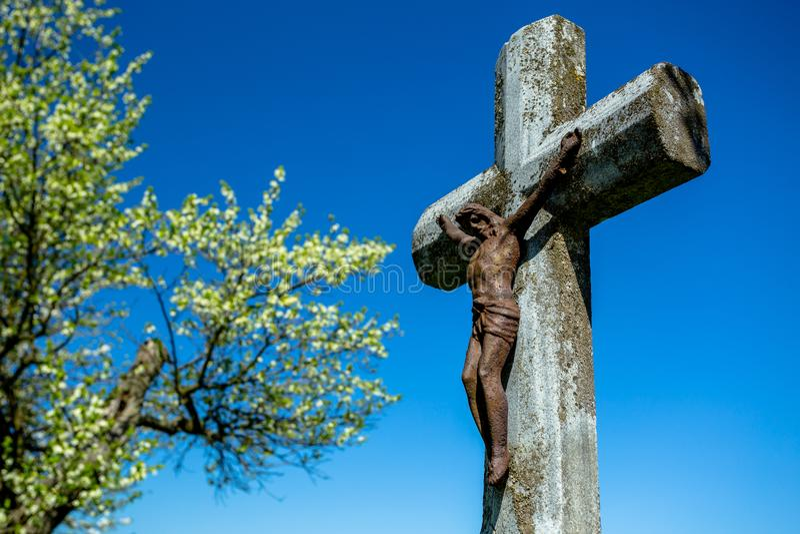 石十字架的生锈的耶稣 库存照片