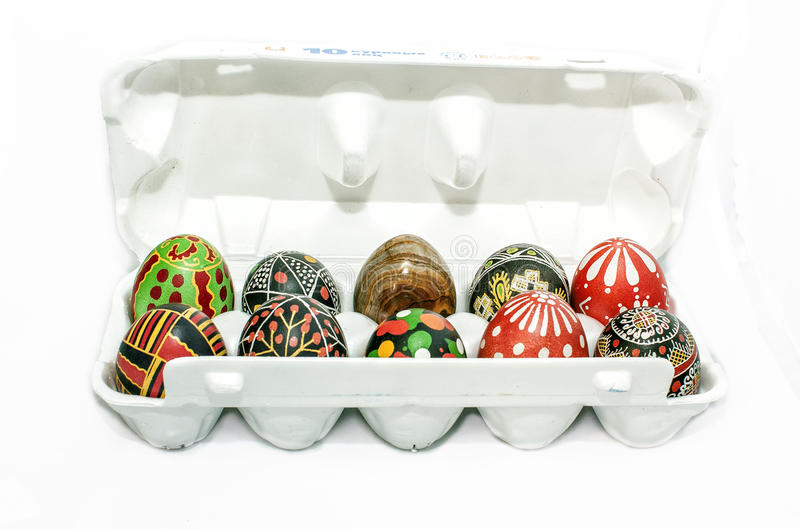石和被绘的复活节彩蛋 免版税库存照片