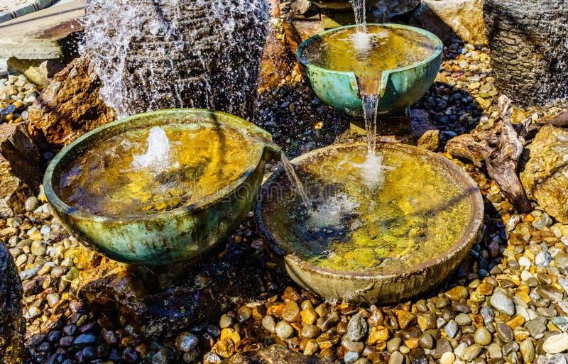 石喷泉,庭院水滚保龄球装饰风水 免版税库存图片