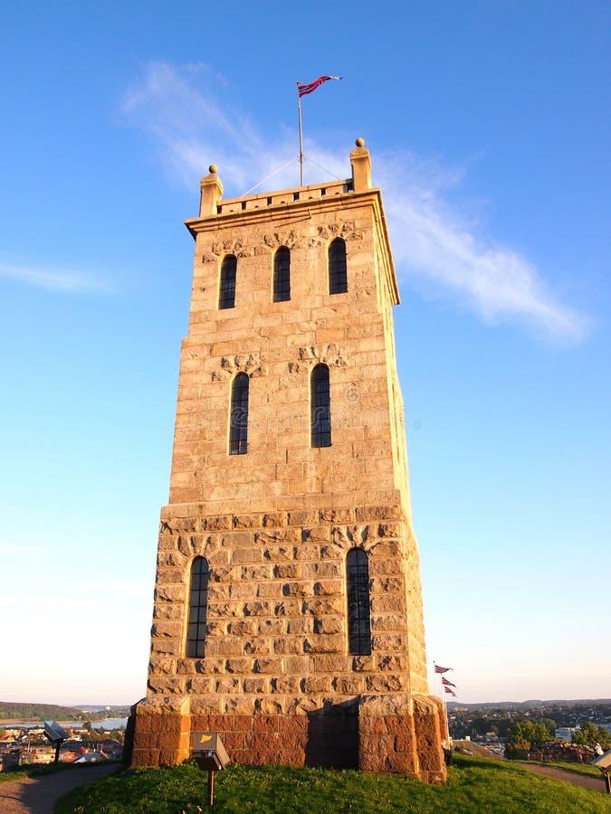石城堡塔在Tonsberg,西福尔郡,挪威(在小山上面) 免版税库存图片