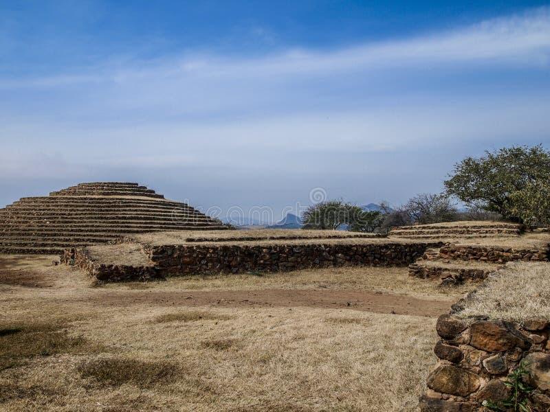 石墙和一座圆金字塔在Guachimontones考古学区域在墨西哥 库存照片