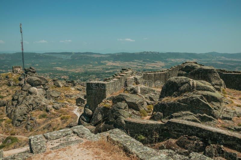 石墙和天线在岩石报道的小山顶在孟山都 图库摄影