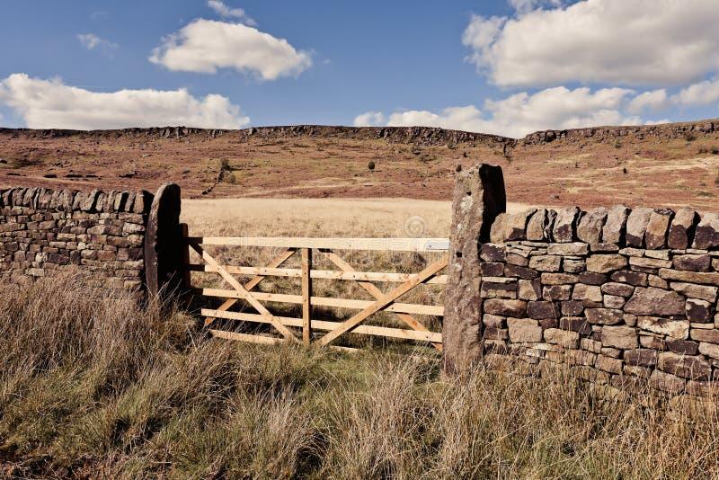 石墙和门风景看法在德贝郡 库存图片