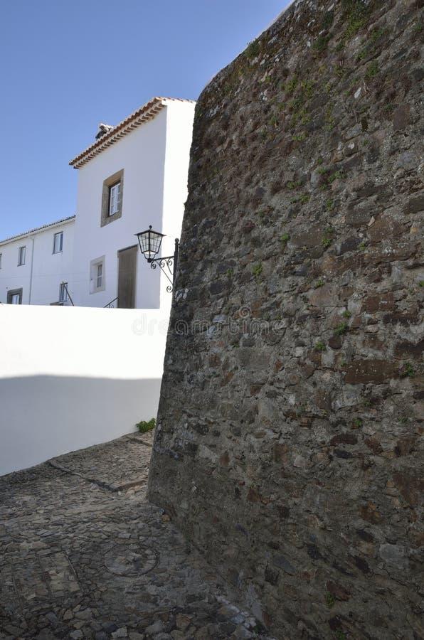 石墙在白色村庄 免版税库存照片