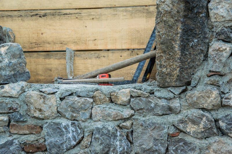 石墙建筑和石工工具 库存照片