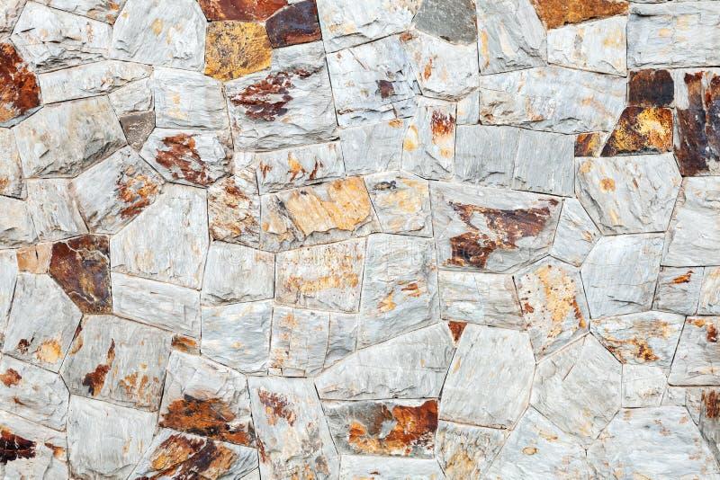 石墙背景纹理由五颜六色的石头做成 免版税库存图片