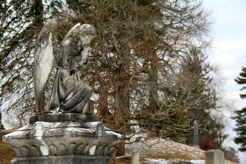 石天使纪念品的移动的图象在坟园 库存照片