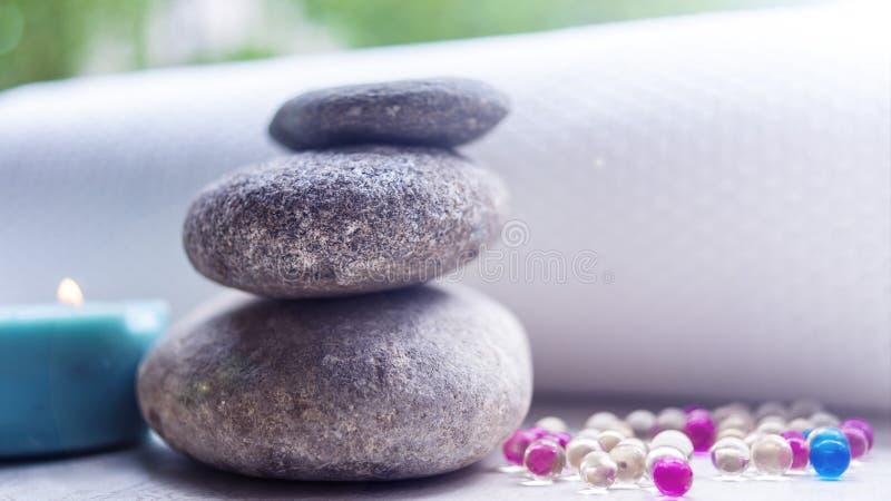 石头和毛巾、芳香疗法油和其他项目 概念温泉 免版税库存图片