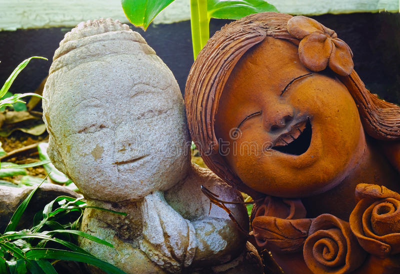 石头和赤土陶器玩偶 免版税库存照片
