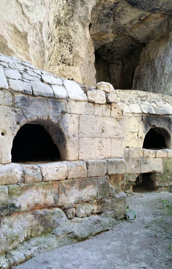 石头在凝灰岩岩石制作了烤箱 库存照片