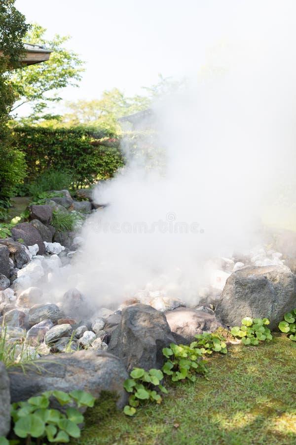 石头或岩石与地狱温泉城位于活火山山 免版税库存图片