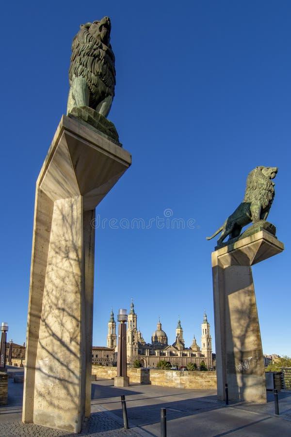 石头桥梁狮子在萨瓦格萨 免版税图库摄影