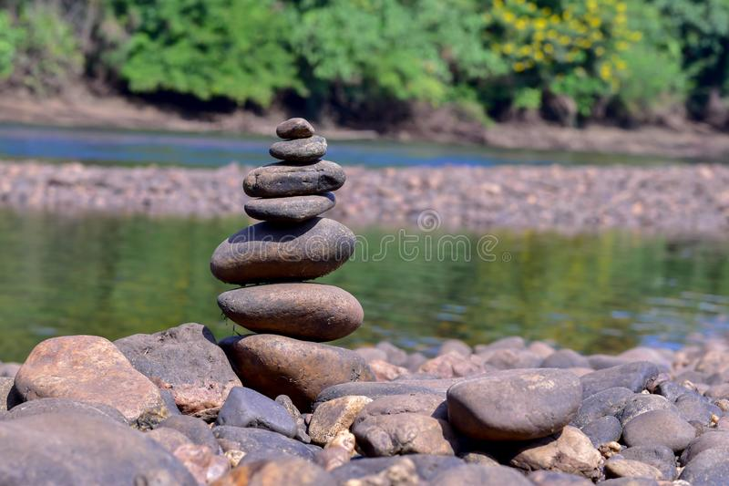 石头沿河被堆积 免版税库存图片