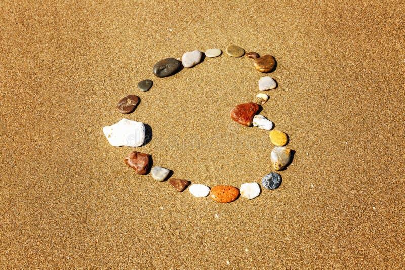 石头般的心在含沙岸的 库存照片