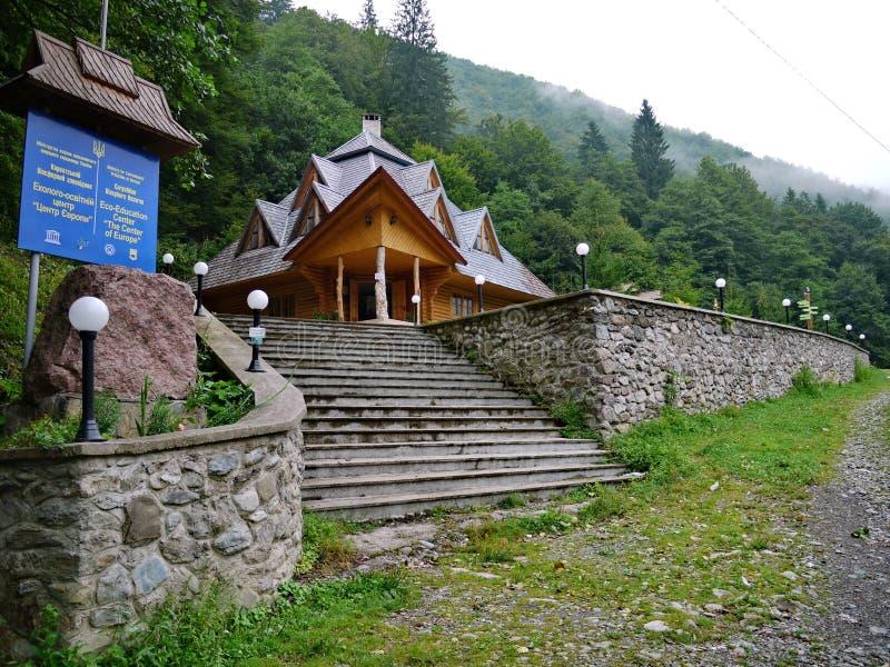 石头跨步导致入口喀尔巴阡山脉的储备的管理的木大厦 库存图片