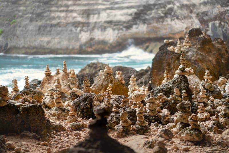 石头金字塔在珀尼达岛,巴厘岛海岛上的  E 免版税库存照片