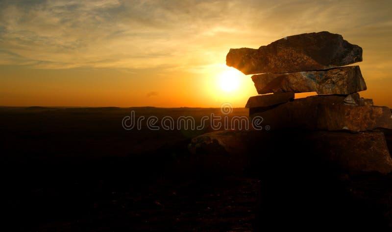 石头阐明阳光在日落 免版税库存图片