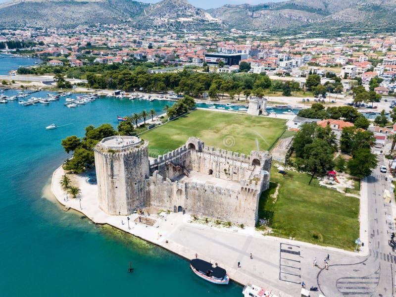 石头Kamerlengo城堡、中世纪城市墙壁和游艇小游艇船坞 旅游老特罗吉尔,古镇鸟瞰图  免版税库存照片