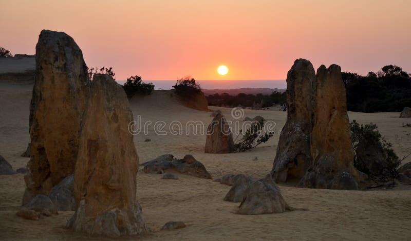 从石峰沙漠的印度洋橙色日落 免版税库存图片