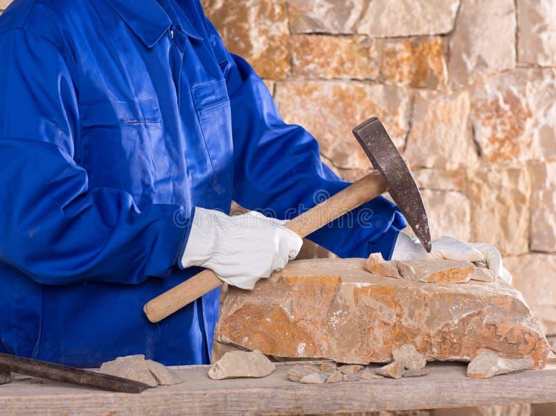 石工泥工有锤子工作的石匠人 免版税库存照片