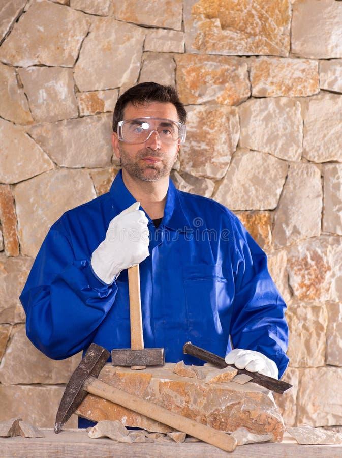 石工泥工有锤子工作的石匠人 库存图片