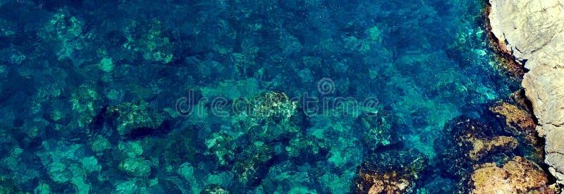 石形成围拢的顶视图海岸线在伊维萨岛,绿色绿松石海水,巴利阿里群岛 r 图库摄影