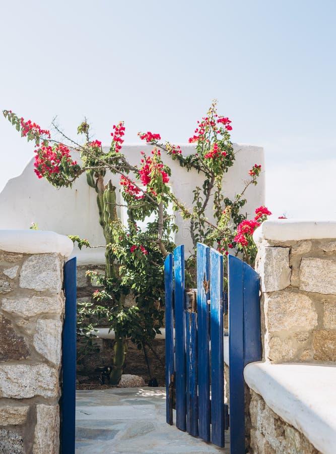 石房子海阳台庭院桃红色花 图库摄影